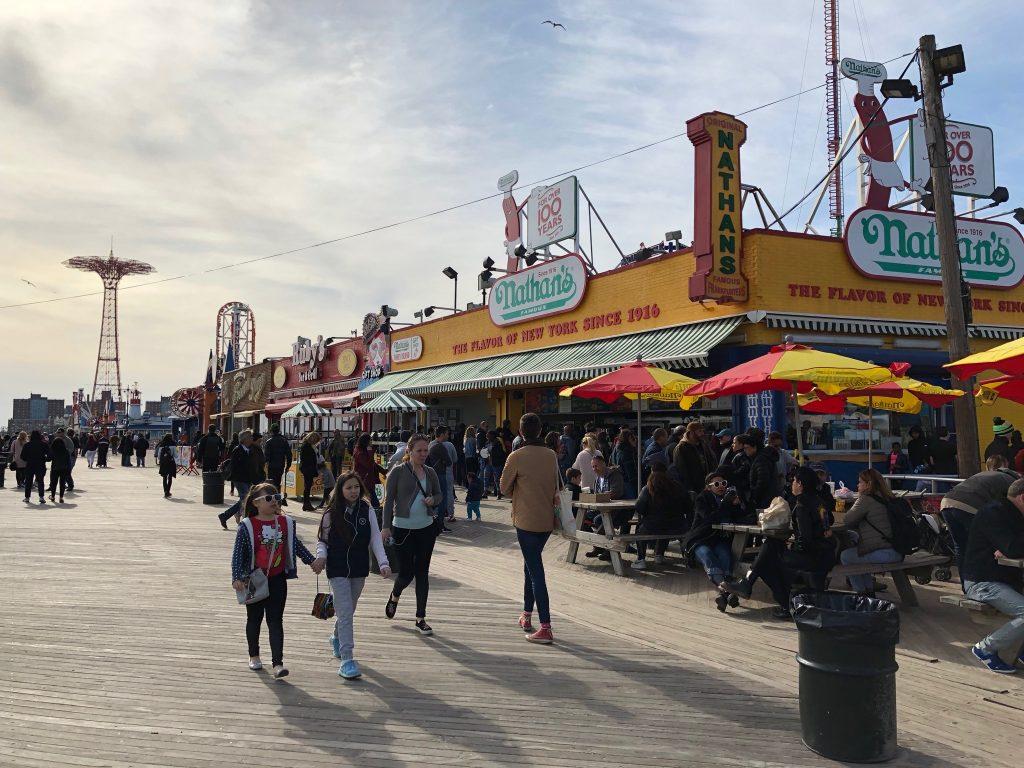 Promenáda na Coney Islande ponúka viaceré možnosti občerstvenia