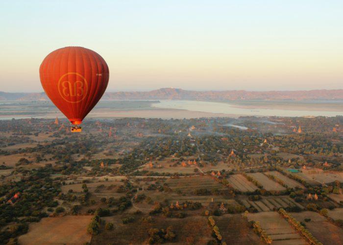 Balónom ponad chrámy v Bagane