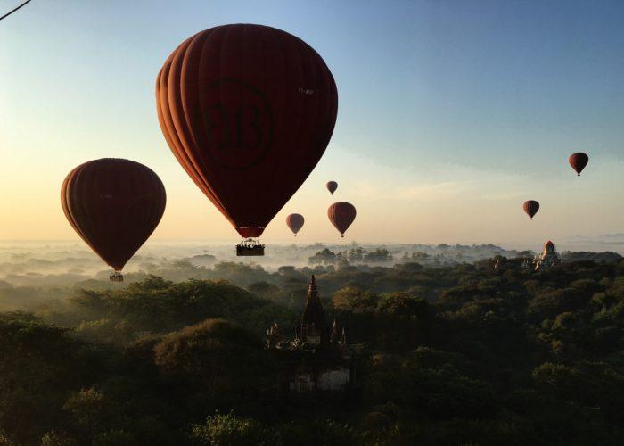 Balóny letiace tesne ponad chrámy